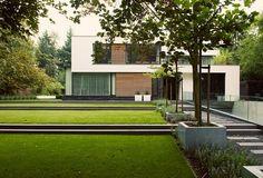 www.buytengewoon.nl. tuinontwerp - tuinaanleg - tuinonderhoud. Minimalistische tuin met gazon en hoogteverschillen. Vlonderterras met stijlvol buitenmeubilair. www.buytengewoon.nl