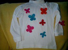 Camiseta con mariposas de fieltro