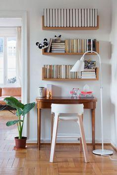 Quem disse que precisa de uma estante e um espaço grande para seu escritório? Um cantinho na parede da sala com algumas prateleiras de parede resolve o seu problema e serve como uma estação de trabalho descontraída e prática