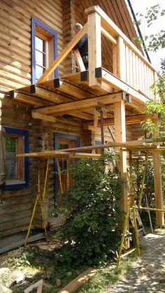 Massivholz-Balkon am Blockhaus - Douglasie und Lärche sind unsere bevorzugten Hölzer. Der konstruktive Holzschutz ist uns wichtig!  Die Witterungsbeständigkeit ist deutlich höher als bei Holzbalkonen, die aus Fichten- oder Tannenholz gefertigt werden. Risse entstehen kaum, das Holz ist äußerst schwundarm.  Ein anderes Bauholz, auf das wir setzen, ist die Lärche (Larix sibirica). - http://www.zimmerei-massivholzbau.de/holzbalkone.html