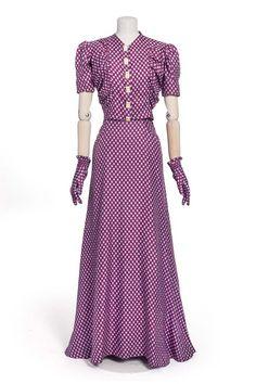 Elsa Schiaparelli, robe, 1939 | Les Arts décoratifs late 30s war era evening gown dress purple white dots short sleeves matching gloves vintage fashion designer couture