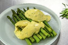 Get your brunch game just right with this Poached Eggs with Asparagus and Hollandaise sauce recipe from James' masterclass section! Sauce Recipes, New Recipes, Vegetarian Recipes, Recipe For Hollandaise Sauce, Miso Butter, Morning Food, Saturday Morning, James Martin, Poached Eggs