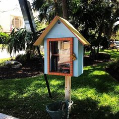 It might look like a birdhouse but it's a tiny library in a Ft. Lauderdale Park...  And just in case you need some coral there's a basket full of 'em right underneath! #ftlauderdale #florida #riverwalkfortlauderdale #summervacation #travelblogrepeat #bookworm #outdoorlibrary July 17 2018 at 03:45AM