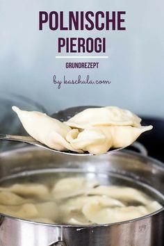 Teig für polnische Pierogi - Grundrezept. Zutaten: 300 g Weizenmehl eine Prise Salz 125 ml heißes Wasser 1 Ei 20 g Butter (Butter Pasta)