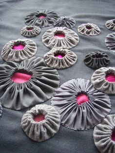 Whether you call them suffolk puffs or yo-yos .. these are gorgeous! How brilliant to put a contrast fabric on the inside!