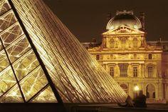 La grande cour du Louvre, de nuit, avec au premier plan la pyramide (Paris - Ile-de-France) Photo: F. Eberhardt / MAEE