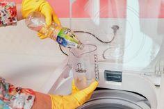Você coloca a roupa para lavar e quando retira da lavadora lá estão as bolinhas de cera grudadas nas roupas. As bolinhas aparecem porque a lavadora está suja e precisa de uma boa limpeza. DE ONDE VEM AS BOLINHAS PRETAS? Muitas pessoas exageram no uso de sabão em pó e principalmente no uso do amaciante…