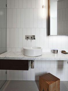 évier céramique, salle de bains fantastique avec un comptoir en marbre et un évier rond en céramique