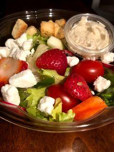Salade fruité, fraise, melange de laitue, bébé épinard, poivron, tomate cerise, feta et crouton de pain Boite A Lunch, Pain, Cobb Salad, Food, Gourmet, Bell Pepper, Cherry Tomatoes, Salad, Pret A Manger
