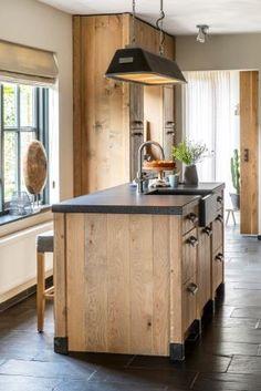Houten eiken landelijke keuken met spoeleiland.   Het verouderde, vergrijsde eikenhout geeft deze keuken een tijdloze uitstraling. Het zwarte granieten werkblad maakt het plaatje compleet.  #eikenkeuken #keukenopmaat #keuken #maatwerkkeukens #interior #keukeninspiratie #interieur #wonenlandelijkestijl #kralkeukens #spoeleiland