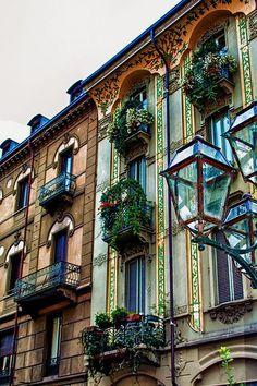 Balcões. Turim, Itália. Fotografia via erin.