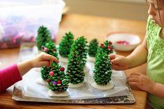 Maak kerstbomen van dennenappels en versier ze. #kerst #DIY #kinderen #kids #doehetzelf #doen