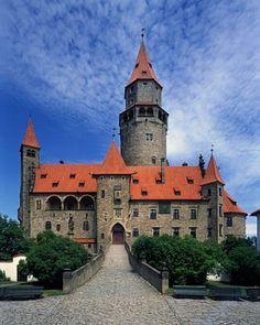 Bouzov - gotycka warownia Krzyżaków Fairytale Castle, Beautiful Castles, European Countries, Czech Republic, Places To See, Around The Worlds, Travel, Medieval, Drink Beer