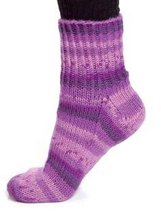 Gode og varme raggsokker får vi aldri for mange av. Ikke noe er bedre å ha på føttene om vinteren enn gode, gammeldagse raggsokker. Denne oppskriften liker vi spesielt godt fordi disse sokkene sitter så godt på foten. Den må bare testes!