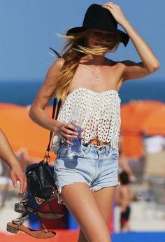 look lindo com shorts jeans e top para usar na praia
