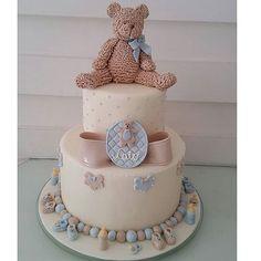Lindo bolo para o chá  de Baby do Caio Com ursinho de açúcar