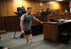 Pretoria - Die Nerven sind blank gelegen am dritten Tag der Verhandlung über ein neues Strafmass im Fall Oscar Pistorius. Unter Tränen lief der ehemalige Spitzensportler durch den Gerichtssaal - ohne seine Beinprothesen !!