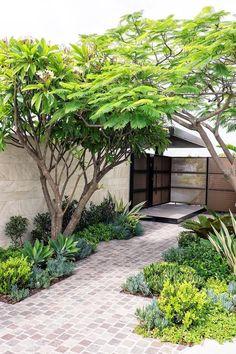 Small Front Yard Landscaping Ideas To Define Your Curb Appeal Vorgarten Landschaftsbau Ideen Cheap Landscaping Ideas, Small Backyard Landscaping, Backyard Garden Design, Small Garden Design, Backyard Ideas, Florida Landscaping, Mulch Landscaping, Courtyard Design, Pool Ideas