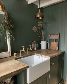 Green Kitchen Walls, Dark Green Kitchen, Kitchen Paint, Room Kitchen, Green Bathroom Paint, Stairs Kitchen, Kitchen Living, Living Room, Farrow Ball