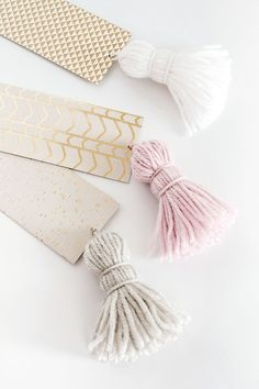 DIY Tassel Bookmarks – DIY School Supplies – Easy Crafts for School - diy Diy Projects To Make And Sell, Easy Diy Projects, Diy And Crafts, Craft Projects, Arts And Crafts, Sell Diy, Kids Crafts, Easy Crafts To Sell, Decor Crafts