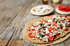 Low Carb Pizza mit Chia-Samen - Auch bei einer Diät muss man auf Pizza nicht verzichten. Dieses pfiffige Pizza-Rezept mit Chia-Samen und Blumenkohl ist leicht und lecker.