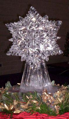 Escultura de gelo no centro de mesa de um casamento.