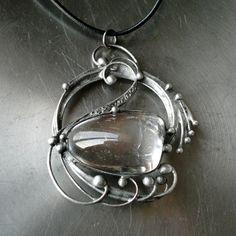 Dawn (křišťál) Náhrdelník z křišťálu ( původem z Brazílie ) -zdobený cínem technikou Tiffany a drátem. Patinováno,ošetřeno antioxidantem,broušeno,leštěno. Přívěsek o velikosti 6,5 x 5,5 cm je zavěšen na kulaté kůži se zapínáním na karabinku,délka - obvod cca 48 cm. Na cínování polodrahokamů používám atestovaný bezolovnatý cín. Pokud si přejete změnit ...