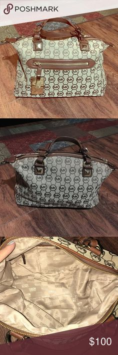 Michael kors mk signature purse In perfect condition, like new. Used it twice only Michael Kors Bags Shoulder Bags