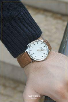 Diese schlichte Herren Armbanduhr in Silber mit Lederband in Braun ist das perfekte Alltagsstatement für das Herbstoutfit. Sieht klasse zu einem Pullover aus!