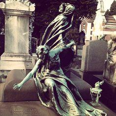 Fuga dalla morte - cemetery art - graveyard - no, not creepy at all. Cemetery Monuments, Cemetery Statues, Cemetery Headstones, Old Cemeteries, Cemetery Art, Graveyards, Cemetery Angels, Creepy, Beautiful