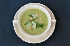 Deze foolproof courgettesoep is erg smakelijk en snel te bereiden. Een ander pluspunt van deze soep is dat er geen room aan toe wordt gevoegd.