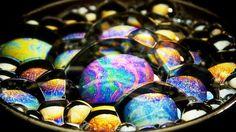 Freunde, habt ihr jemals bemerkt, wie bunt und lebendig Seifenblasen sein können? In folgendem Video werfen wir einen genaueren Blick auf Seifenblasen, nahe genug, so dass wir alle trippy, psychedelischen Farben sehen können. Manchmal sehen es aus wie ein Regenbogen und manchmal wie Teile des Kosmos oder eher wie ein intensiver LSD-Trip?