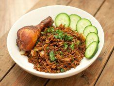 Surinaamse nasi; een makkelijk en snel gerecht dat zó ontzettend lekker is. Serveer de Surinaamse nasi met kippenpoten, kroepoeken komkommer.