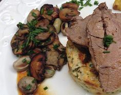 Carne al horno, budín de coliflor y verduras salteadas