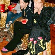 Prince with Joni Mitchell, this pic was taken at Joni Mitchell's home in Laurel Canyon, Ca. Very rare photo of Prince. Photo taken by Afshin Shahidi Prince Images, Photos Of Prince, Princes Fashion, The Artist Prince, Prince Purple Rain, Paisley Park, King Of Music, Purple Love, Roger Nelson