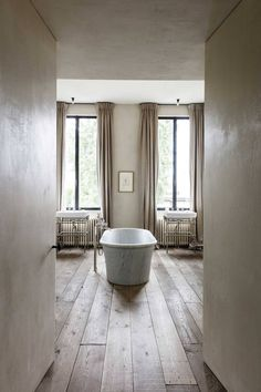 Designed by Vincent Van Duysen - like his aesthetic in general. Love the calm mood, colors, curtains and polished plaster walls Home, Plaster Walls, Bath Design, Interior Styling, Polished Plaster, Luxury Bathroom, Bathroom Decor, Beautiful Bathrooms, Bathroom Inspiration
