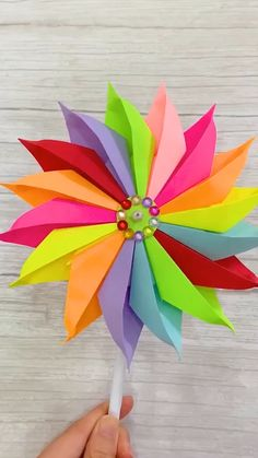 DIY Rainbow Windmill The childhood dream is to own a beautiful windmill. Use color paper to make a rainbow windmill, finish the dr Paper Crafts Origami, Paper Crafts For Kids, Origami Art, Diy Arts And Crafts, Creative Crafts, Diy Paper, Oragami, Paper Flowers Diy, Flower Crafts