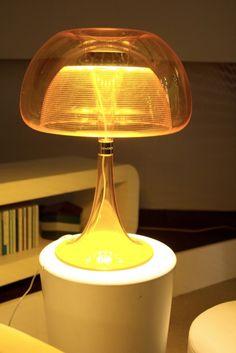 A luminária Aurelia, da QisDesign, de Taiwan, foi inspirada na forma das águas-vivas. Como o próprio site deles a define, ela têm um charme irresistível.