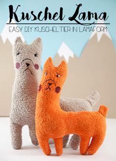 Schritt-für- Schritt Anleitung für ein selbst genähtes DIY Lama Kuscheltier. Upcycling aus altem Frottee Handtuch. Mit kostenlosem Schnittmuster zum Download.