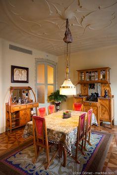 La Pedrera - Casa mila - Gaudi - Barcelona (I want that dining room set) Interior Art Nouveau, Art Nouveau Architecture, Interior Architecture, Antonio Gaudi, La Pedrera, Art Deco, Sweet Home, Dining Room, Houses