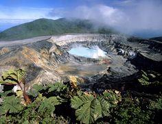 El Parque Nacional Volcán Poás, en Costa Rica, alberga un cráter de un volcán con unas claras aguas verdes en su interior. Todo un espectáculo de la naturaleza con un diámetro de 365 metros que se creó debido a la cantidad de ácido sulfúrico en el agua.
