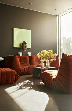 chauffeuse conforama orange dans le salon mur gris et tapis beige