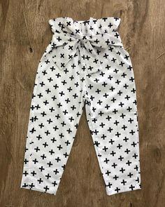 Calça maravilhosaaaa 😍 Baby Dress Design, Baby Girl Dress Patterns, Little Girl Dresses, Baby Girl Fashion, Kids Fashion, Fashion 2020, Urban Fashion, Winter Fashion, Baby Pants