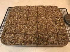 Knuspriges Knäckebrot ohne Mehl, nur mit Saaten und Ei, sehr schnell gemacht.