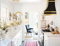Tips and tricks to maximize your small galley kitchen. These ideas will make kitchen space larger and more functional. The two parallel counters of galley kitchens mean focusing on aisle space, light and storage. For more kitchen ideas go to Domino. Small Galley Kitchens, Home Kitchens, Kitchen Small, Luxury Kitchens, Open Kitchen, Petite Kitchen, Narrow Kitchen, Stylish Kitchen, Kitchen Modern