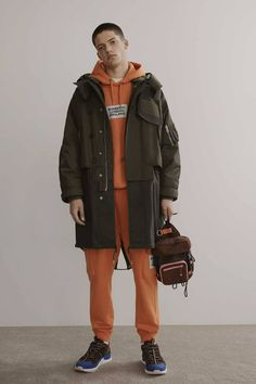 Burberry Pre-Fall 2019 Fashion Show Collection: See the complete Burberry Pre-Fall 2019 collection. Look 43 1950s Jacket Mens, Cargo Jacket Mens, Green Cargo Jacket, Grey Bomber Jacket, Leather Jacket, Man Jacket, Style Casual, Casual Fall Outfits, Men's Style