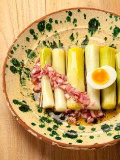 Food & Styling: recette et photo de poireaux vinaigrette aux oignons rouge et un oeuf dur