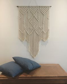 Jolie macramé de 48x28 terminé cette semaine. Travaillé avec de la corde en coton de 5mm de diamètre... Je l'adore  Wall Hangings, Blanket, Cord, Blankets, Cover, Comforters