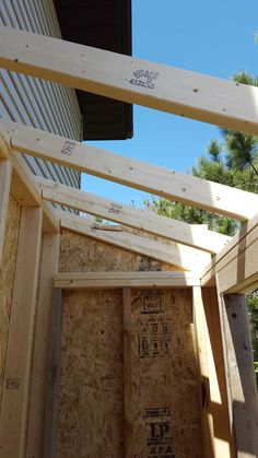 Roof rafters framed with birdsmouth cuts Lean To Shed Plans, Diy Shed Plans, Backyard Projects, Outdoor Projects, Backyard Sheds, Backyard Storage, Garage Shed, Floor Framing, Storage Shed Plans