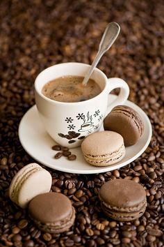 Coffee and chocolate & caramel macaroons Mini Desserts, Coffee Break, Coffee Time, Tea Time, Macaroon Wallpaper, Coffee Enema, Pause Café, Chocolate Espresso, Hot Chocolate